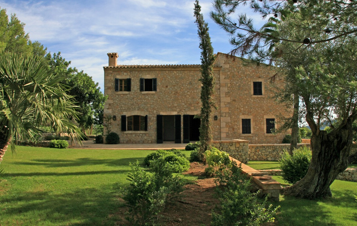 Beautiful mallorcan country house for sale with views over for Beautiful country homes