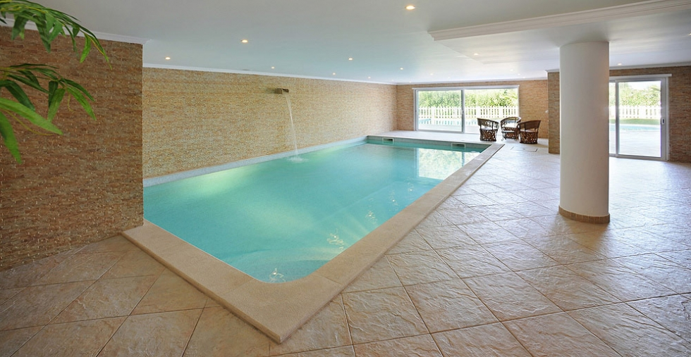 Spacious luxury villa for sale in quinta do lago with for Heated pools for sale