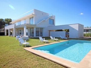 Mallorca €1,950,000PollensaModern villa close to Pollensa Golf with beach access & sea views…