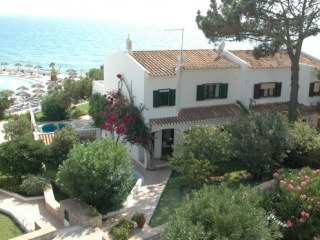 Algarve €1,100,000Vale do LoboSouth-facing front line house in prime location facing the beach…